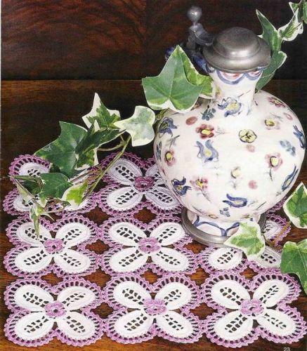 Facile e delizioso questo centrino all'uncinetto con fiori bianchi e ...