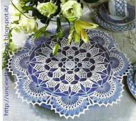 Centrotavola azzurro con ampi festoni e petali a punto alto di un bellissimo celeste primaverile